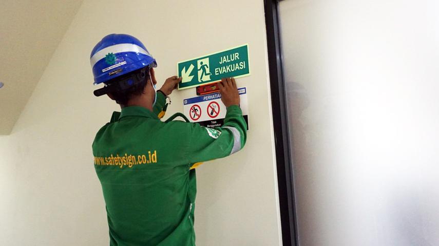 Memahami Pentingnya Pemasangan Rambu Exit dan Evakuasi di Tempat Kerja